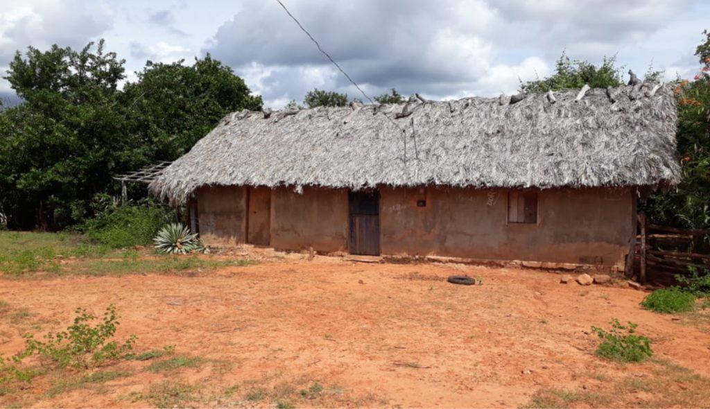 Casa de palha onde funciona a escola de Ensino Fundamental