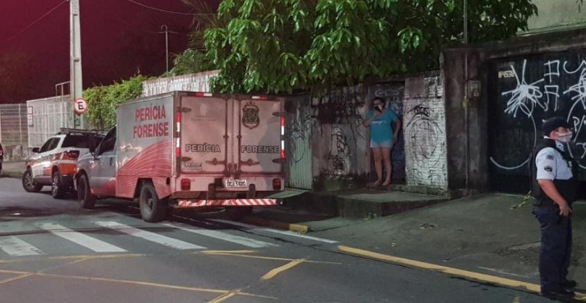 Veículo da perícia na rua onde o crime aconteceu em Fortaleza