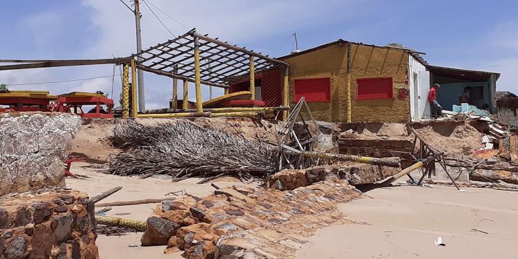 Ressada do mar destrói barracas na Praia Pedra do Sal