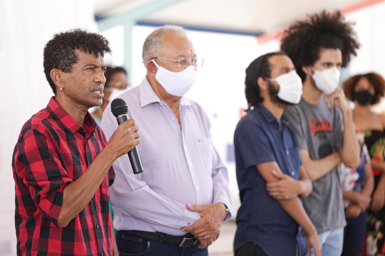 Familiares da professores e autoridades do município estiveram presentes à inauguração